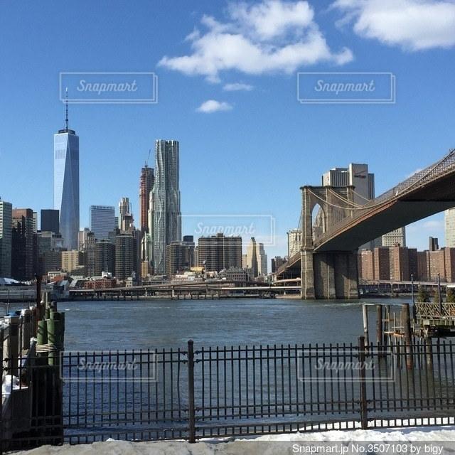 アメリカのニューヨークのブルックリンから見たブルックリン大橋の写真・画像素材[3507103]