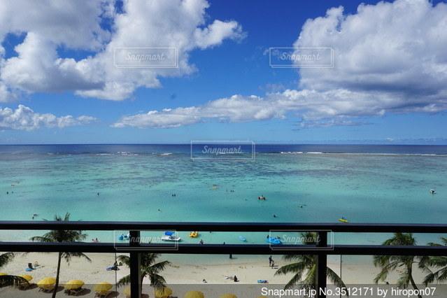 グアムタモンビーチをアウトリガーから眺めるの写真・画像素材[3512171]