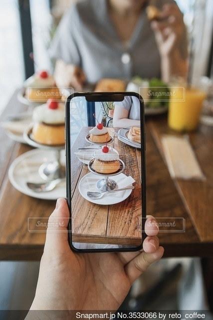 携帯電話を持つ手の写真・画像素材[3533066]