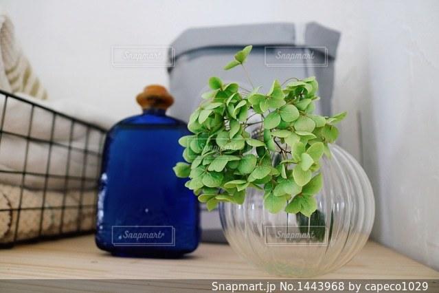青い花瓶をテーブルの上でグラスの写真・画像素材[1443968]