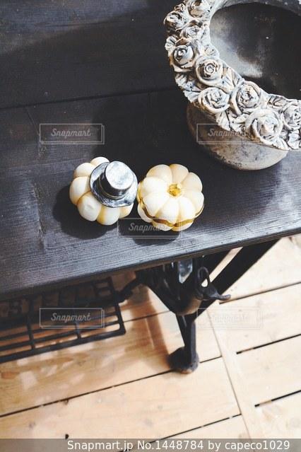 木製テーブルの上に座っているドーナツの写真・画像素材[1448784]