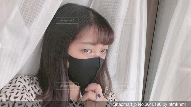 黒マスクをして心配そうな女性の写真・画像素材[3640180]