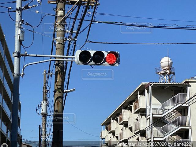 建物の前の信号の写真・画像素材[3667020]