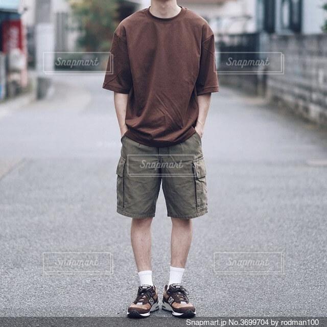 通りを歩いている男の写真・画像素材[3699704]