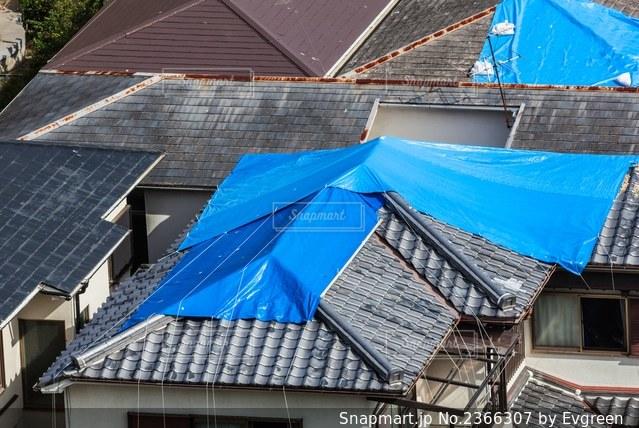 ブルーシートに覆われた屋根の写真・画像素材[2366307]