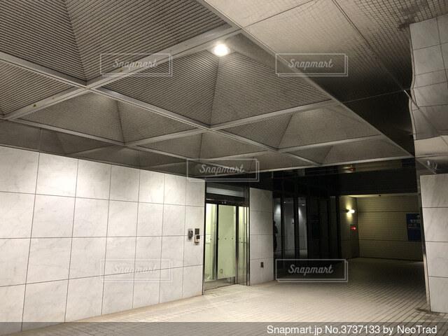 夜 オフィス ビル 警備員口の写真・画像素材[3737133]