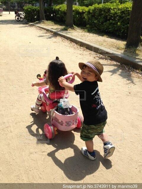 夏の可愛いデートの写真・画像素材[3743911]
