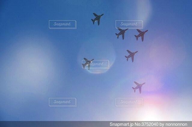 空中を高く飛ぶ航空機の写真・画像素材[3752040]
