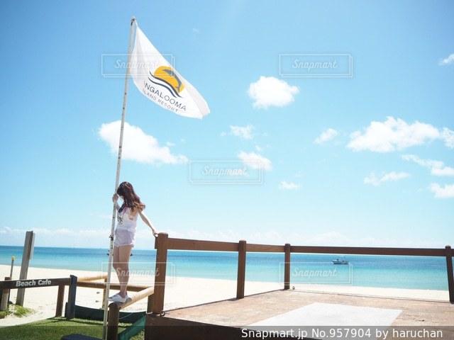 近くの浜辺で、海の横に傘をの写真・画像素材[957904]