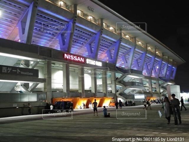 ライトアップされた日産スタジアムの写真・画像素材[3801185]
