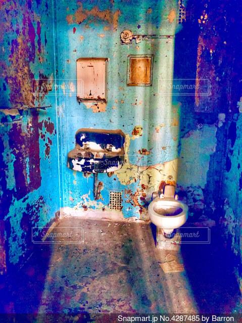 汚い刑務所の部屋のトイレとシンクの写真・画像素材[4287485]