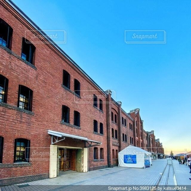 大きな煉瓦造りの建物の写真・画像素材[3983125]