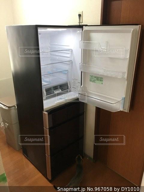ドアを開けると冷蔵庫の写真・画像素材[967058]