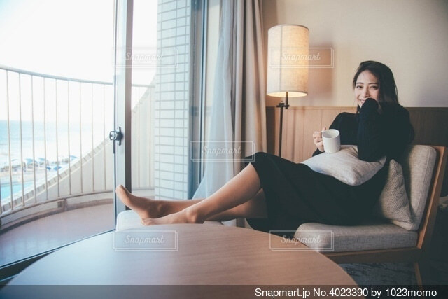 ホテルでくつろぐ女性の写真・画像素材[4023390]