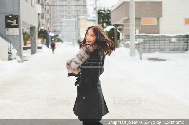 雪景色に振り向く女性の写真・画像素材[4055473]