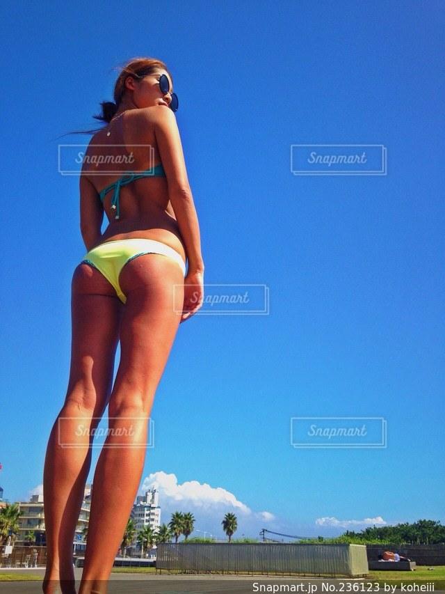 女性,1人,モデル,20代,ファッション,夏,スタイル抜群,ビーチリゾート,海水浴,南国,サングラス,後ろ姿,スレンダー,水着,日焼け,人物,美脚,バックショット,リゾート,湘南,若い,ビキニ,小麦肌,スタイル抜群!,若い女性,ブラジリアンビキニの写真素材