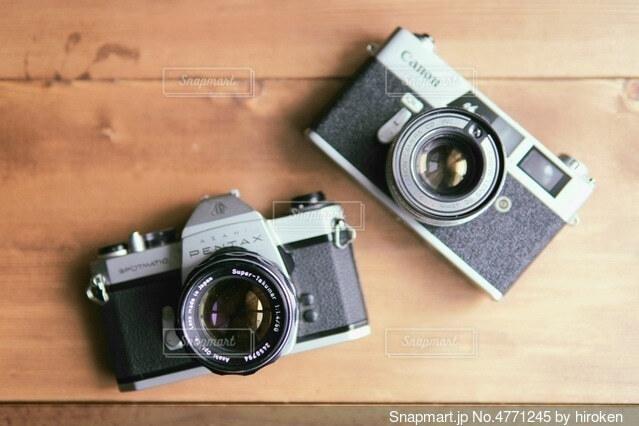 テーブルの上のフィルムカメラの写真・画像素材[4771245]