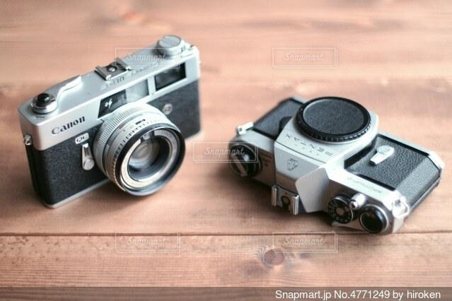テーブルの上のフィルムカメラの写真・画像素材[4771249]