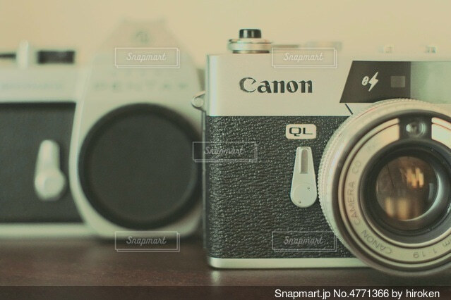 2つのフィルムカメラの写真・画像素材[4771366]