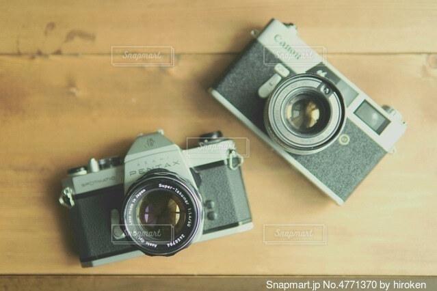 2つのフィルムカメラの写真・画像素材[4771370]