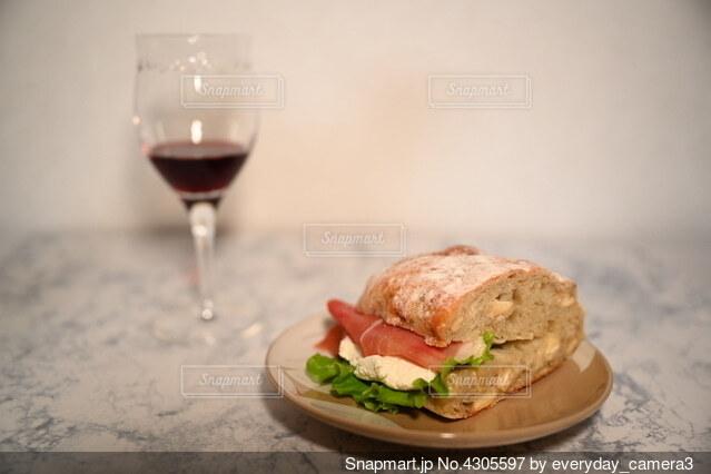 赤ワインとパンの写真・画像素材[4305597]