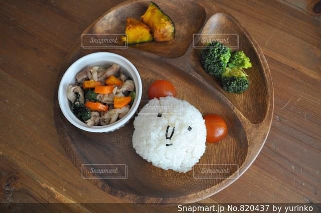 木製のテーブルの上に食べ物のプレートの写真・画像素材[820437]