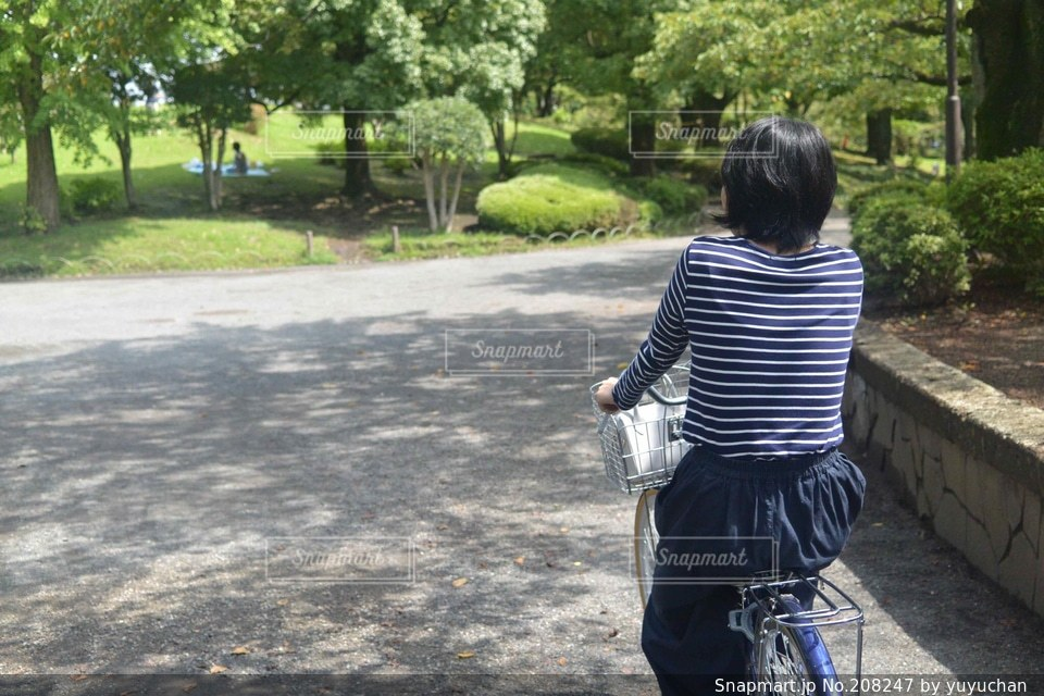 女性,20代,風景,公園,夏,自転車,晴れ