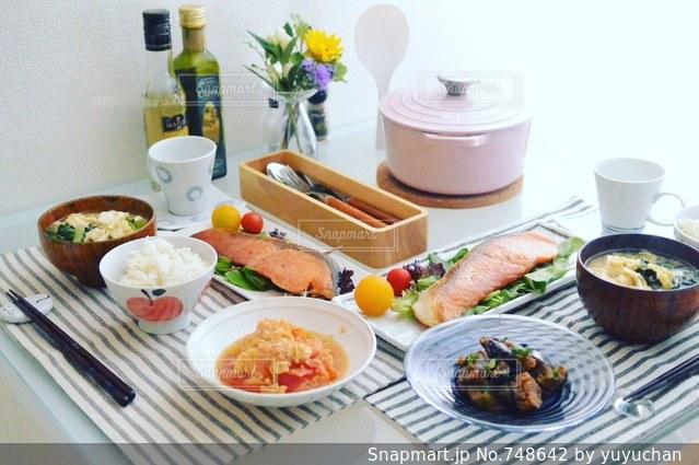 テーブルな皿の上に食べ物のプレートをトッピングの写真・画像素材[748642]