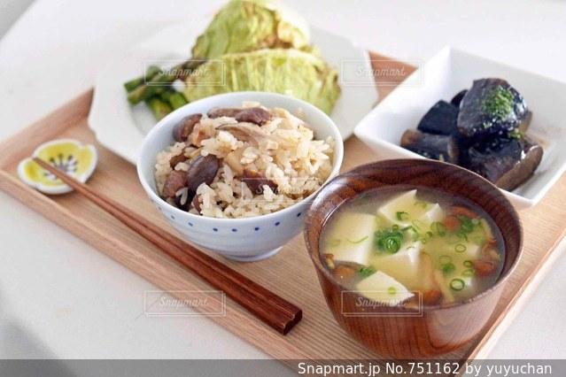 テーブルの上に食べ物のボウルの写真・画像素材[751162]