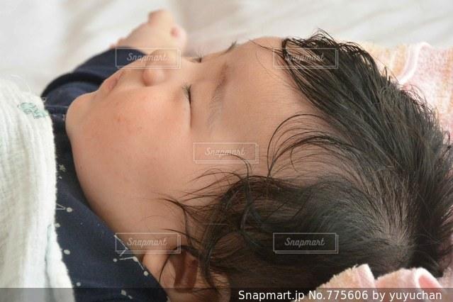 ベッドの上で横になっている女性 - No.775606