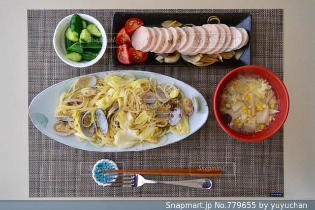 テーブルの上に食べ物のプレート - No.779655