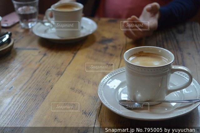 テーブルの上のコーヒー カップの写真・画像素材[795005]