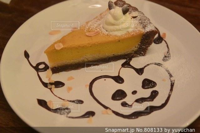 皿にチョコレート ケーキの写真・画像素材[808133]
