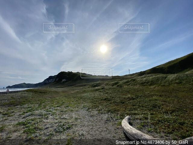 草の丘の近くの写真・画像素材[4873406]