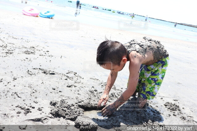 夏の海で泥遊びの写真・画像素材[4173322]