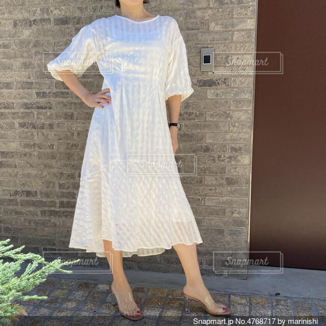 白のドレスを着た女性の写真・画像素材[4768717]