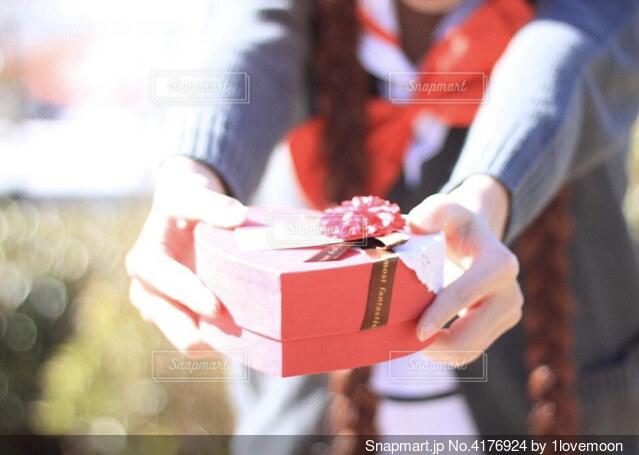 バレンタインチョコを渡そうとする女の子の写真・画像素材[4176924]
