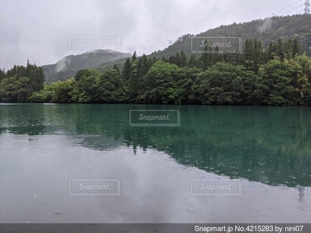 曇りの日の湖の写真・画像素材[4215283]