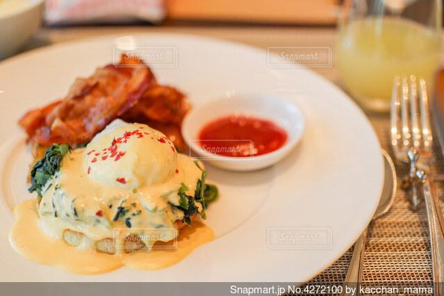 食べ物の皿をテーブルの上に置くの写真・画像素材[4272100]