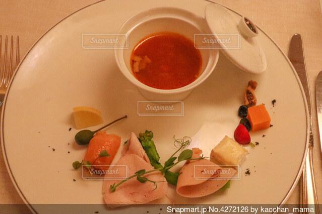 食べ物の皿をテーブルの上に置くの写真・画像素材[4272126]