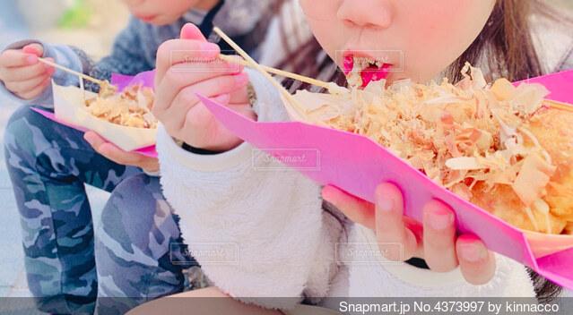 たこ焼きを食べる子どもの写真・画像素材[4373997]