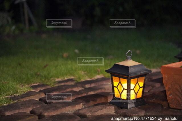 庭のランタン灯りの写真・画像素材[4771634]