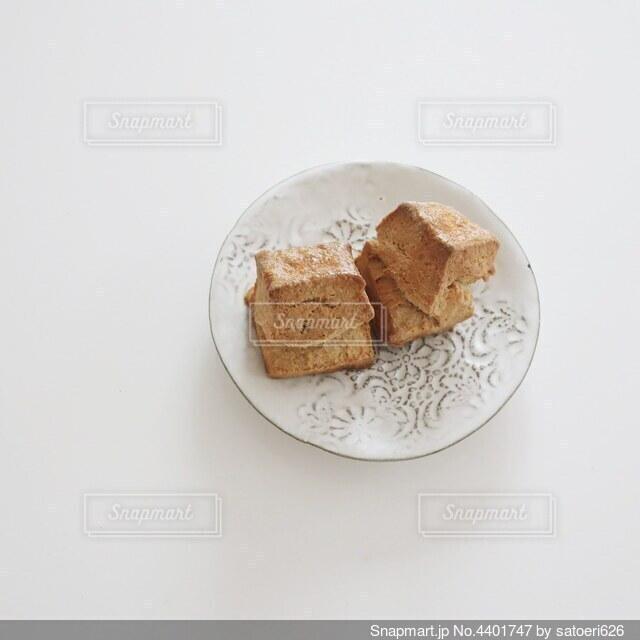皿の上のスコーンの写真・画像素材[4401747]