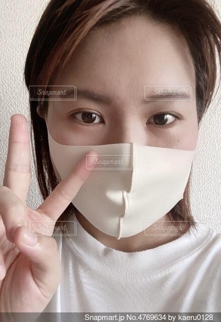マスクを着けてピースの写真・画像素材[4769634]