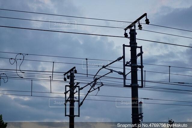 線路の電線のシルエットの写真・画像素材[4769756]