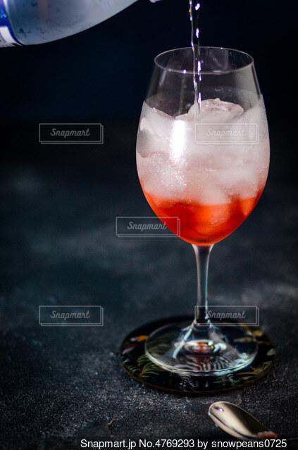 ワイングラスに炭酸飲料を注ぐの写真・画像素材[4769293]
