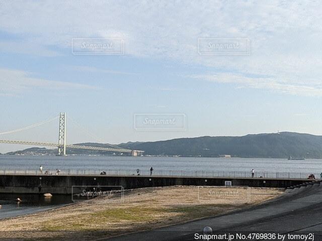 水の体に架かる橋の写真・画像素材[4769836]