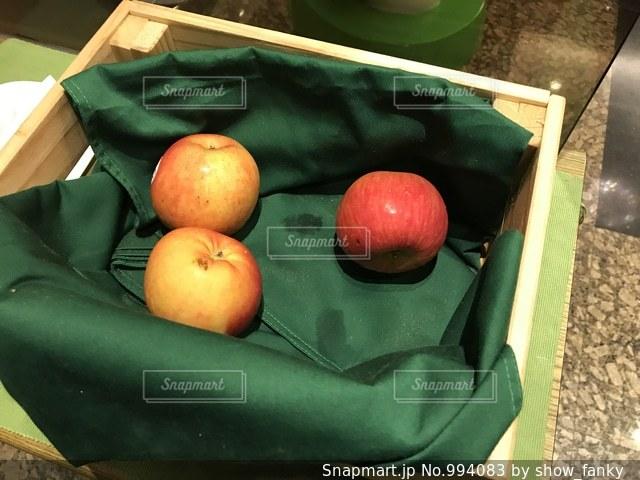 木箱の中の林檎の写真・画像素材[994083]