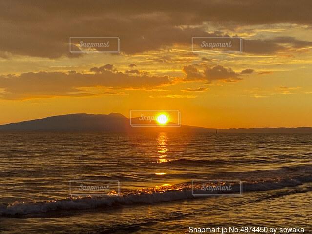 山に沈む夕日の写真・画像素材[4874450]