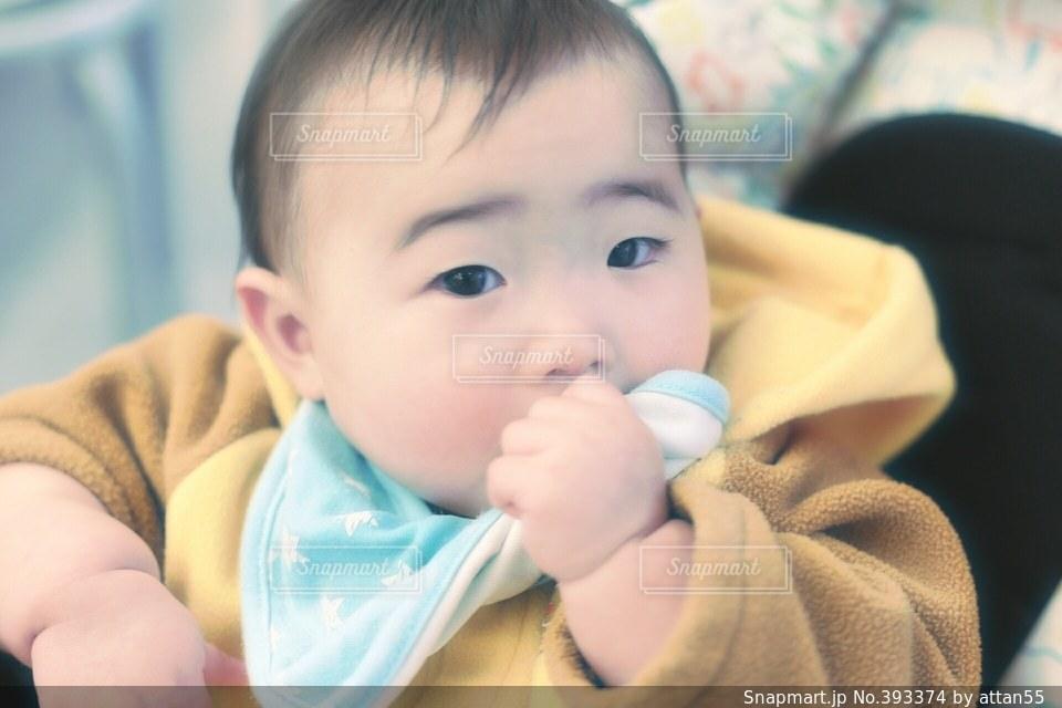 1人,一人,子供,赤ちゃん,ひとり,ベビーカー,指しゃぶり,おしゃぶり,よだれかけ